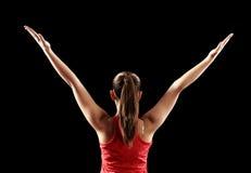 Forte donna di forma fisica che mostra i muscoli posteriori del bicipite immagine stock libera da diritti