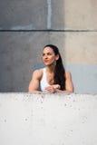 Forte donna di forma fisica che prende un resto urbano di allenamento Fotografia Stock Libera da Diritti