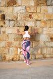 Forte donna di forma fisica su forma fisica urbana che allunga allenamento Fotografia Stock