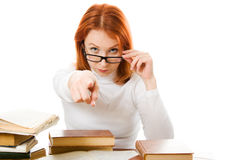 Forte donna red-haired in vetri con i suoi libri Immagine Stock