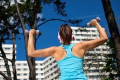 Forte donna sull'allenamento di forma fisica Immagine Stock Libera da Diritti