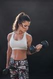 Forte e allenamento facente femminile muscolare di culturismo Fotografie Stock