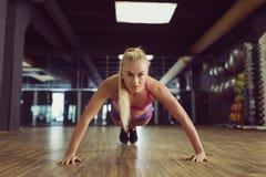 Forte e bello addestramento atletico della donna nella palestra Immagine Stock Libera da Diritti