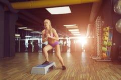Forte e bello addestramento atletico della donna nella palestra Fotografia Stock