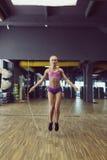 Forte e bello addestramento atletico della donna nella palestra Fotografie Stock