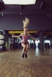 Forte e bello addestramento atletico della donna nella palestra Fotografie Stock Libere da Diritti