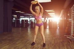 Forte e bello addestramento atletico della donna nella palestra Immagini Stock Libere da Diritti