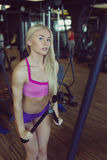 Forte e bello addestramento atletico della donna nella palestra Immagine Stock