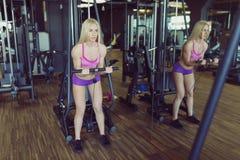 Forte e bello addestramento atletico della donna nella palestra Fotografia Stock Libera da Diritti