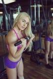 Forte e bello addestramento atletico della donna nella palestra Immagini Stock