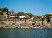 Forte famoso de Ahilya & Ghats da Maheshwar-Índia imagens de stock royalty free