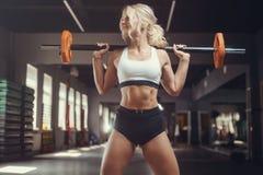 Forte giovane donna atletica sexy che risolve nella palestra fotografia stock libera da diritti