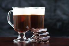 Forte irish coffee tradizionale sulla barra di legno fotografia stock libera da diritti