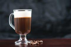 Forte irish coffee tradizionale sulla barra di legno con i chicchi di caffè immagine stock