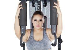 Forte macchina della stampa della spalla e della femmina sullo studio Immagine Stock