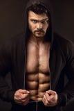 Forte modello atletico Torso di forma fisica dell'uomo che mostra i grandi muscoli fotografia stock