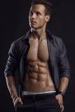 Forte modello atletico Torso di forma fisica dell'uomo che mostra l'ABS di addominali scolpiti Fotografie Stock Libere da Diritti