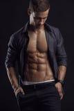 Forte modello atletico Torso di forma fisica dell'uomo che mostra l'ABS di addominali scolpiti fotografie stock