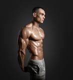 Forte modello atletico Torso di forma fisica dell'uomo che mostra l'ABS di addominali scolpiti Immagini Stock