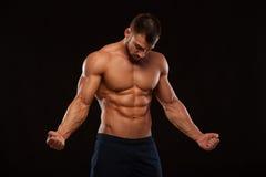 Forte modello atletico Torso di forma fisica dell'uomo che mostra l'ABS di addominali scolpiti isolato su fondo nero con copyspac Fotografie Stock Libere da Diritti