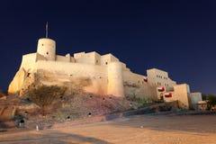 Forte na noite, Omã de Nakhal imagens de stock
