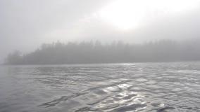 Forte nebbia sul lago Dalla barca Foresta e sole La Carelia archivi video