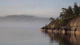 Forte nebbia sul lago ladoga Isola in Carelia stock footage