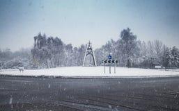 Forte nevicata sopra la rotonda scenica nel Regno Unito Fotografia Stock