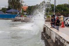 Forte onda dalla riva del lungomare Penang, Malesia con i turisti fotografia stock libera da diritti