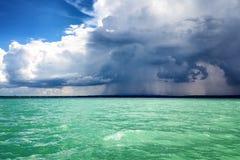 Forte pioggia sul mare fotografia stock