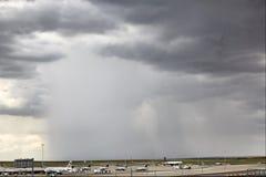 Forte pluie dans l'aéroport de Denver Image stock