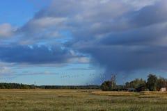 Forte pluie dans lointain Beaux nuages image stock