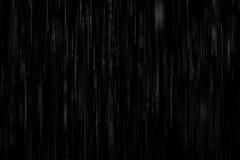forte pluie réaliste sur un fond noir Image libre de droits