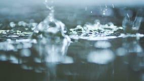 Forte pluie sur la route banque de vidéos