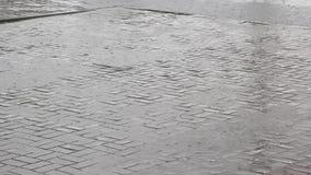 Forte pluie sur la rue banque de vidéos