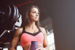 Forte ragazza atletica sexy che risolve nella palestra Immagine Stock Libera da Diritti