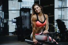 Forte ragazza atletica sexy che risolve nella palestra Fotografie Stock