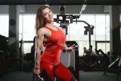 Forte ragazza atletica sexy che risolve nella palestra Fotografie Stock Libere da Diritti