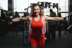 Forte ragazza atletica sexy che risolve nella palestra Immagini Stock Libere da Diritti