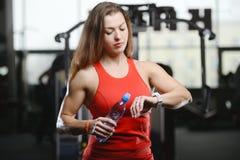 Forte ragazza atletica sexy che risolve nella palestra Fotografia Stock Libera da Diritti
