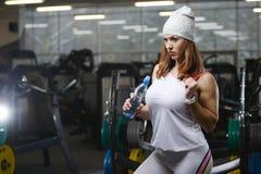 Forte ragazza atletica sexy che risolve nella palestra Fotografia Stock