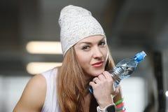 Forte ragazza atletica sexy che risolve nella palestra Immagine Stock