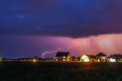 Forte temporale con pioggia sopra la via del villaggio Fotografie Stock