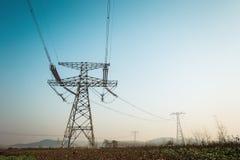 Forte torre elettrica ad alta tensione Fotografie Stock