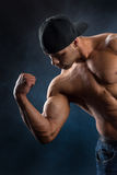 Forte uomo di misura che dimostra i suoi muscoli potenti fotografie stock