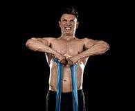 Forte uomo di sport di misura che si prepara duro con il sudore di lavoro elastico dei muscoli dell'elastico Fotografia Stock Libera da Diritti