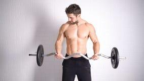 Forte uomo topless che fa esercizio con le teste di legno stock footage