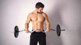 Forte uomo topless che fa esercizio con le teste di legno archivi video