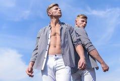 Forte usura dell'atleta degli uomini le stesse camice Abbigliamento maschile e concetto di modo I fratelli gemella i sembrare att immagine stock