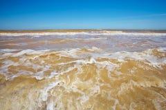 Forte vento que faz ondas e areia da parte inferior Fotografia de Stock